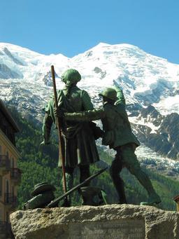 Statue de Jacques Balmat et H-B. de Saussure à Chamonix. Source : http://data.abuledu.org/URI/5230e515-statue-de-jacques-balmat-et-h-b-de-saussure-a-chamonix