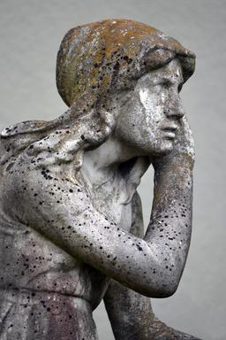 Statue de Jeanne écoutant ses voix. Source : http://data.abuledu.org/URI/555af564-statue-de-jeanne-ecoutant-ses-voix