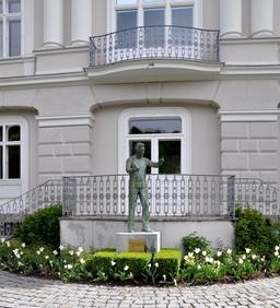 Statue de Karajan à Salzbourg. Source : http://data.abuledu.org/URI/54bbdbfa-statue-de-karajan-a-salzbourg