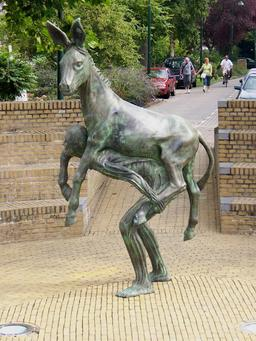 Statue de l'homme portant un âne. Source : http://data.abuledu.org/URI/54a17a89-statue-de-l-homme-portant-un-ane
