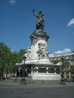 Statue de la place de la République à Paris. Source : http://data.abuledu.org/URI/5296475f-statue-de-la-place-de-la-republique-a-paris