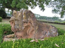 Statue de lion dans le parc du Château Malleret à Cadaujac. Source : http://data.abuledu.org/URI/594ea19e-statue-de-lion-dans-le-parc-du-chateau-malleret-a-cadaujac