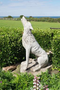 Statue de loup en bois. Source : http://data.abuledu.org/URI/5874fb78-statue-de-loup-en-bois