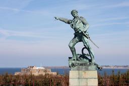 Statue de Surcouf à Saint-Malo. Source : http://data.abuledu.org/URI/51bee3dc-statue-de-surcouf-a-saint-malo