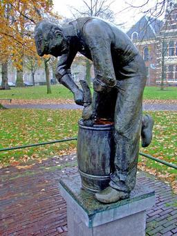 Statue de tonnelier. Source : http://data.abuledu.org/URI/51dbe4f0-statue-de-tonnelier