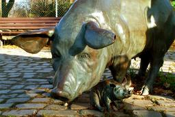 Statue de truie et porcelet. Source : http://data.abuledu.org/URI/534eca16-statue-de-truie-et-porcelet