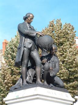 Statue des frères Montgolfier à Annonay. Source : http://data.abuledu.org/URI/55219aca-statue-des-freres-montgolfier-a-annonay
