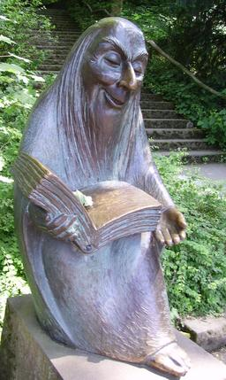 Statue du conteur. Source : http://data.abuledu.org/URI/53b71d8e-statue-du-conteur