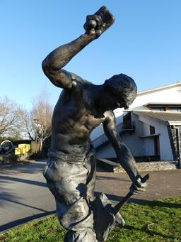 Statue du fendeur d'ardoise à Trélazé. Source : http://data.abuledu.org/URI/58b33cc1-statue-du-fendeur-d-ardoise-a-trelaze