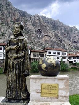 Statue du géographe Strabon à Amasya. Source : http://data.abuledu.org/URI/554c9c33-statue-du-geographe-strabon-a-amasya