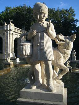 Statue du petit chaperon rouge et du loup. Source : http://data.abuledu.org/URI/5346f4f6-statue-du-petit-chaperon-rouge-et-du-loup