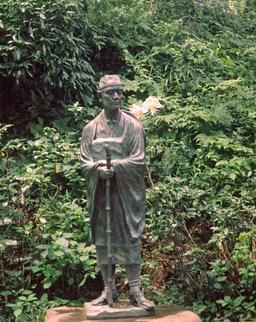 Statue du poète Matsuo Basho. Source : http://data.abuledu.org/URI/5277b3c6-statue-du-poete-matsuo-basho