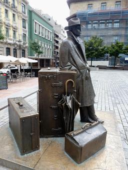 Statue du voyageur, à Oviedo. Source : http://data.abuledu.org/URI/55ddf989-statue-du-voyageur-a-oviedo