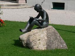 Statue en bronze d'un jeune lecteur. Source : http://data.abuledu.org/URI/5962ba3e-statue-en-bronze-d-un-jeune-lecteur
