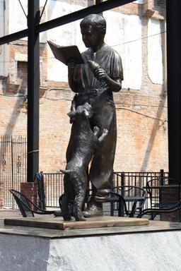 Statue en bronze d'un jeune lecteur debout. Source : http://data.abuledu.org/URI/5962b1ae-statue-en-bronze-d-un-jeune-lecteur-debout