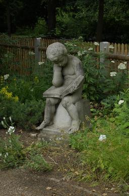Statue en pierre du petit lecteur. Source : http://data.abuledu.org/URI/5962b894-statue-en-pierre-du-petit-lecteur