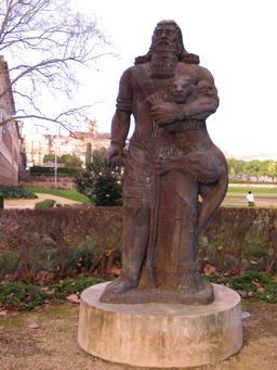 Statue moderne de Gilgamesh. Source : http://data.abuledu.org/URI/545df47b-statue-moderne-de-gilgamesh