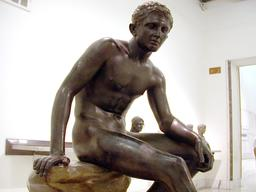 Statue romaine en bronze d'un athlète. Source : http://data.abuledu.org/URI/54737ff6-statue-romaine-en-bronze-d-un-athlete