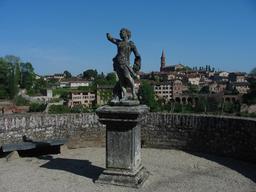 Statue sur la promenade du palais de la Berbie à Albi. Source : http://data.abuledu.org/URI/596d6857-statue-sur-la-promenade-du-palais-de-la-berbie-a-albi