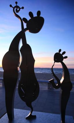 Statues de Charles Stratos à Arcachon. Source : http://data.abuledu.org/URI/55bc005c-statues-de-charles-stratos-a-arcachon
