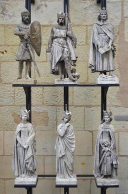 Statues entourant le roi René (2). Source : http://data.abuledu.org/URI/54177a66-statues-entourant-le-roi-rene-2-