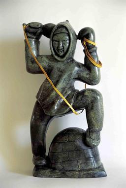 Statuette inuit de géant. Source : http://data.abuledu.org/URI/51336a85-statuette-inuit-de-geant
