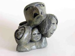 Statuette inuit de quatre têtes. Source : http://data.abuledu.org/URI/51337b09-statuette-inuit-de-quatre-tetes
