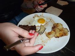 Steak haché, patates sautées et oeuf au plat. Source : http://data.abuledu.org/URI/552eb8df-steak-hache-patates-sautees-et-oeuf-au-plat
