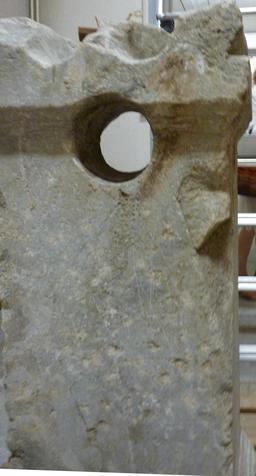 Stèle avec perforation. Source : http://data.abuledu.org/URI/5587a8cb-stele-avec-perforation