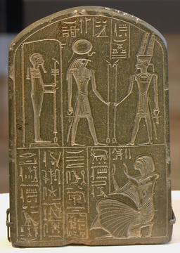 Stèle d'hommage égyptienne. Source : http://data.abuledu.org/URI/52ea6c93-stele-d-hommage