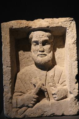 Stèle d'un artisan à Burdigala. Source : http://data.abuledu.org/URI/55591e55-stele-d-un-artisan-a-burdigala