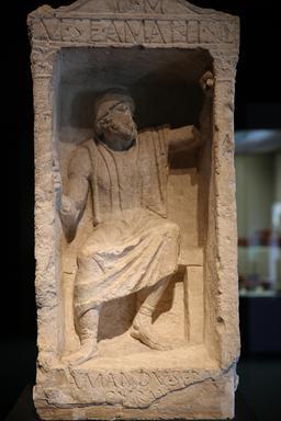 Stèle du sculpteur AMABILIS. Source : http://data.abuledu.org/URI/5558e41a-stele-du-charpentier-amabilis