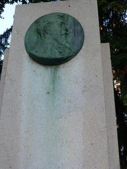 Stèle Eugène Piron au Jardin Darcy de Dijon. Source : http://data.abuledu.org/URI/58204832-stele-eugene-piron-au-jardin-darcy-de-dijon-