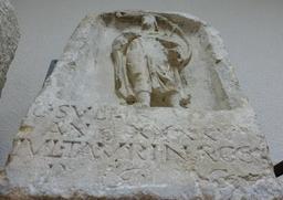 Stèle funéraire  du joueur de cor à Bordeaux. Source : http://data.abuledu.org/URI/5587a5ea-stele-funeraire-a-bordeaux
