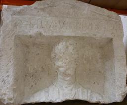 Stèle funéraire à Bordeaux. Source : http://data.abuledu.org/URI/5587a6fa-stele-funeraire-a-bordeaux