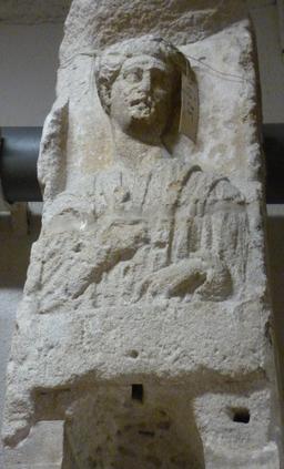 Stèle funéraire à Bordeaux. Source : http://data.abuledu.org/URI/5587b645-stele-funeraire-a-bordeaux