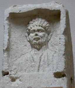 Stèle funéraire à Bordeaux. Source : http://data.abuledu.org/URI/5587b9ed-stele-funeraire-a-bordeaux