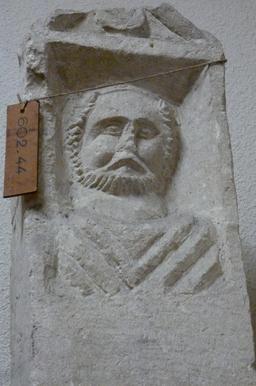 Stèle funéraire à Bordeaux. Source : http://data.abuledu.org/URI/5587ba53-stele-funeraire-a-bordeaux