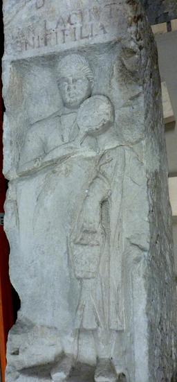 Stèle funéraire à Bordeaux. Source : http://data.abuledu.org/URI/5587bb2f-stele-funeraire-a-bordeaux