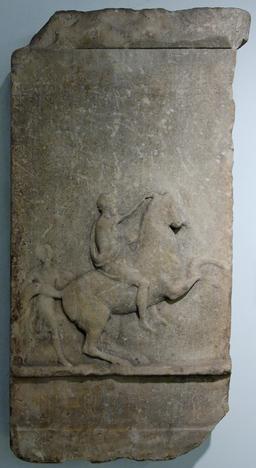 Stèle funéraire de cavalier. Source : http://data.abuledu.org/URI/50634e7c-stele-funeraire-de-cavalier