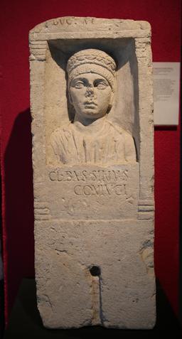 Stèle funéraire de l'épouse de Claudius Bassinus à Burdigala. Source : http://data.abuledu.org/URI/55592251-stele-funeraire-de-l-epouse-de-claudius-bassinus-a-burdigala