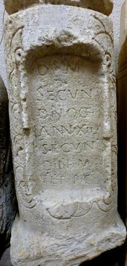 Stèle funéraire en forme de miliaire à Bordeaux. Source : http://data.abuledu.org/URI/5587b5bb-stele-funeraire-en-forme-de-miliaire-a-bordeaux