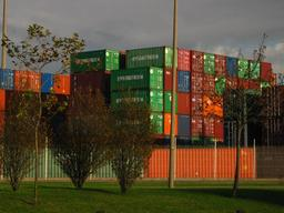 Stockage de conteneurs métalliques dans un port. Source : http://data.abuledu.org/URI/51166cc0-stockage-de-conteneurs-metalliques-dans-un-port