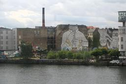 Street-art monumental à Cuvrystrass à Berlin. Source : http://data.abuledu.org/URI/553ebb67-street-art-monumental-a-cuvrystrass-a-berlin