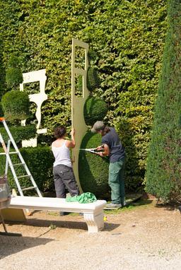 Taille de haies à Versailles. Source : http://data.abuledu.org/URI/532eff11-taille-de-haies-a-versailles