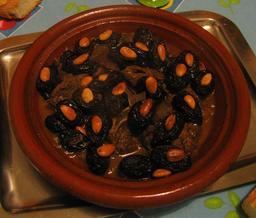 Tajine de mouton aux pruneaux et amandes. Source : http://data.abuledu.org/URI/53aaffc2-tajine-de-mouton-aux-pruneaux-et-amandes