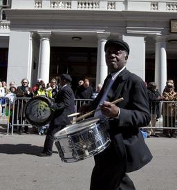 Tambours de la parade de Mardi Gras. Source : http://data.abuledu.org/URI/5316527f-tambours-de-la-parade-de-mardi-gras