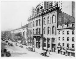 Tammany Hall à New York en 1914. Source : http://data.abuledu.org/URI/589ecd2f-tammany-hall-a-new-york-en-1914