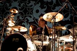 Le batteur Pat Mastelotto en 2005. Source : http://data.abuledu.org/URI/5304eac9-tampere-jazz-happening-2005-ktu-2-jpg