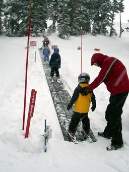 Tapis roulant en station de ski. Source : http://data.abuledu.org/URI/53ae918b-tapis-roulant-en-station-de-ski